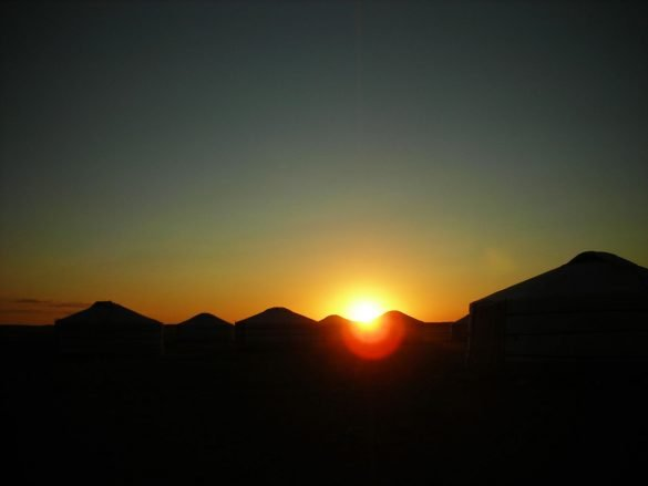 Tramonto sulle gher in Mongolia